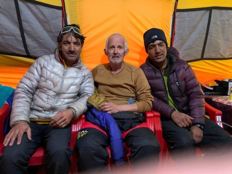 Marc Batard entouré de Muhammad Ali Sadpara et de son fils Sajid.